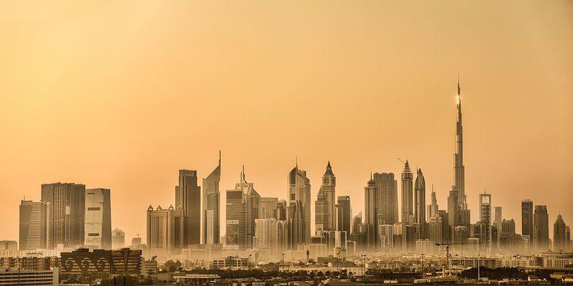 Skyline de Dubaï avec Burj Khalifa, le plus haut bâtiment du monde. Panorama sur Frans Lemmens