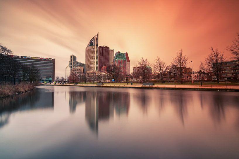 Skyline Den Haag bij zonsopkomst van Ilya Korzelius