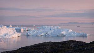 IJsbergen in de middernachtzon van