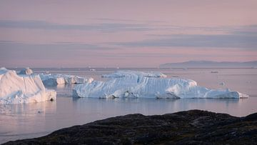 Eisberge in der Mitternachtssonne von Ralph Rozema
