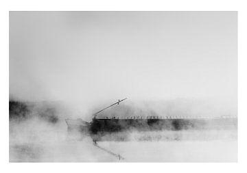 Binnenschiff fahrt Fracht Kahn oder Boot im Nebel auf einem Fluss oder Kanal. von John Quendag