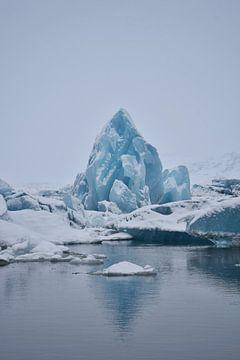 Diamant in gletsjermeer van Elisa Hanssen