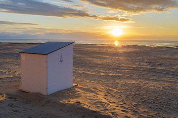 Strandcabine bij zonsondergang van Johan Vanbockryck