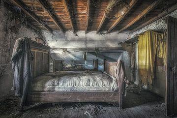 Altes Schlafzimmer in baufälligem Bauernhaus. von Robert Van den Bragt