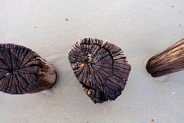 Golfbrekers op het strand. van Marian Klerx