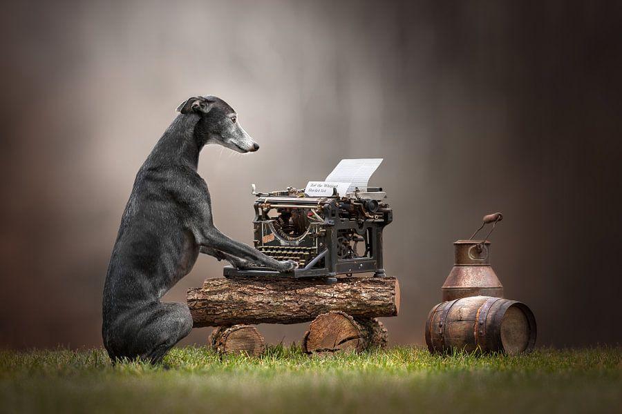 Bucket list (hond op typemachine) van Nuelle Flipse