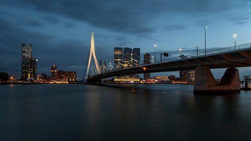 Nachtfoto van de Kop van Zuid Rotterdam van