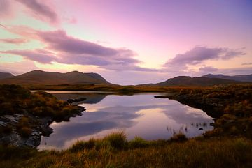 Loch während des Sonnenuntergangs in Connemara, Irland von Sjoerd van der Wal