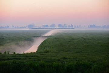 matin brumeux dans la campagne hollandaise avec canal dans les champs et la lune sur Nfocus Holland