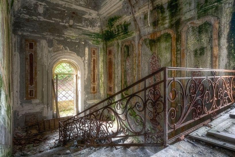 Schöne Treppe im Verfall. von Roman Robroek