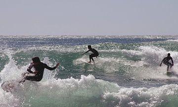 Surfers surfen op de oceaan van