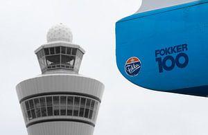 KLM Fokker 100 en verkeerstoren Schiphol