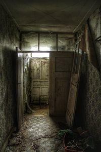 Een oude verlaten gang  in een verlaten huis