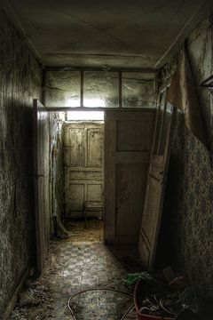 Een oude verlaten gang  in een verlaten huis van Melvin Meijer