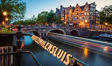 Die Schleuse der Papierfabrik in Amsterdam während des Sonnenuntergangs. von Claudio Duarte