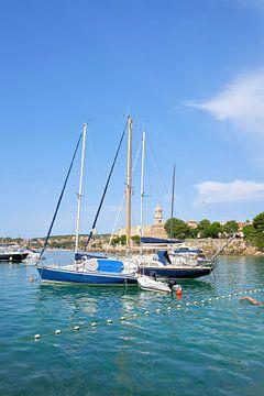 Bateaux dans le port de la ville de Krk en Croatie