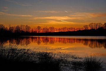 Kleurrijke zonsondergang aan meer. van Stefan Peys