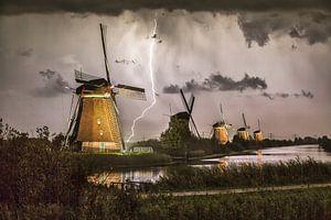 Blitze an den beleuchteten Windmühlen von Kinderdijk