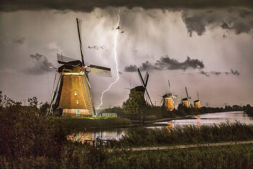 Blitze an den beleuchteten Windmühlen von Kinderdijk von Frans Lemmens