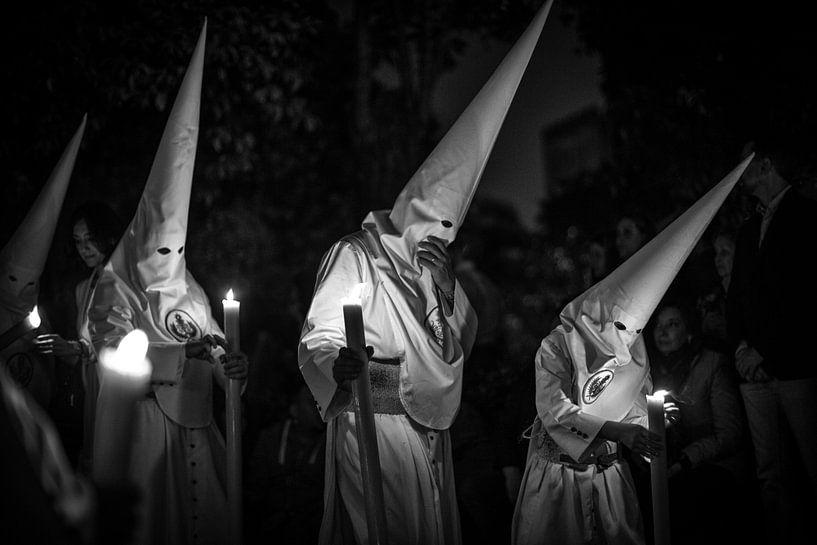 Drie leden van een broederschap in processie tijdens de semana santa in Sevilla. Wout Kok One2expose van Wout Kok