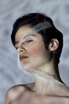Vrouw met wit lint van Iris Kelly Kuntkes