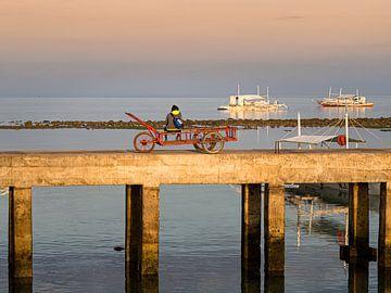 Filipijnen - Cebu Island - Zittend op de pier van de haven van Malapascua van Rik Pijnenburg
