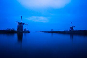 Windmolens in Kinderdijk tijdens het blauwe uurtje van Jeroen Stel