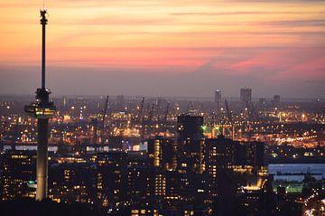 Euromast de Maas de Haven van Rotterdam en de Noordzee en Zeeland op de Horizon sur Marcel van Duinen