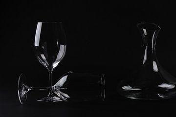 Karaf met wijnglazen voor zwarte achtergrond van