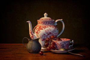 Stillleven: Een kopje thee met een scheutje melk van Carola Schellekens