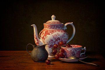 Stilleben: Eine Tasse Tee mit einem Spritzer Milch