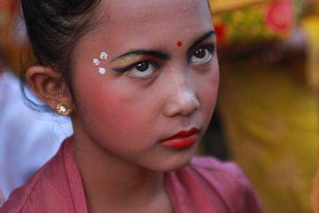 Balinees meisje vóór het traditionele Balinese dans optreden van Martijn Stoppels