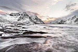 Winterlandschaft mit Wasserbewegung und farbenreichem Morgenlicht von Ralf Lehmann