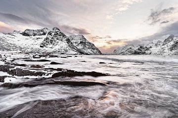 Winterlandschap met waterbeweging en kleurrijk ochtendlicht