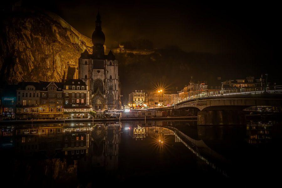 De weerspiegeling van Dinant, Belgie van Richard Lentjes