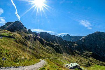 Zonnestralen over de bergen van Ineke Huizing
