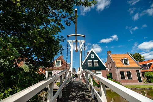 Houten witte oude ophaalbrug Hollands dorpje
