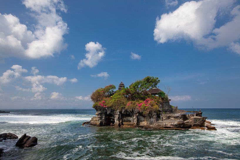 Tanah Lot - Tempel in de oceaan. Bali, Indonesië van Tjeerd Kruse