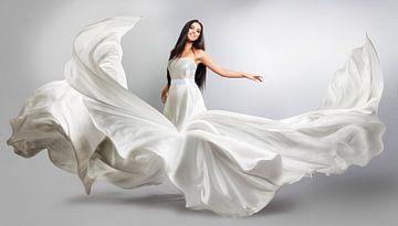 Frau in flatterndem Kleid