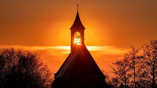 Zonsondergang door het kerkje van Hoedekenskerke
