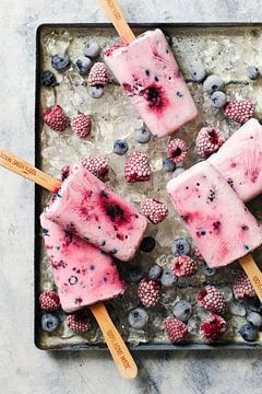 12544947 Zelfgemaakte ijsjes van yoghurt, honing en bessen, frambozen en bosbessen op ijs van BeeldigBeeld Food & Lifestyle