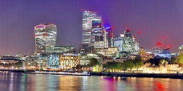 Nachtzicht op de Londense skyline met reflecties op de Theems - zakenwijk met vele kleurrijke lichtj van MPfoto71