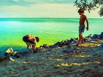 Spelende jongens aan een lichtgevend meer van Anneriek de Jong