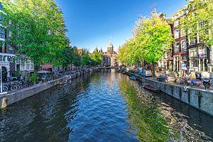 De Keizersgracht in Amsterdam , met zicht op de historische koopmanshuizen  de bruggen  en de kade van