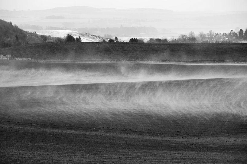 Mist boven akkerland van Herman van Ommen