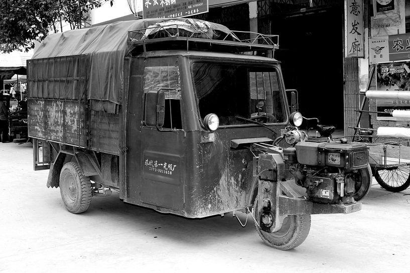 Retro driewieler taxi met buitenboordmotor, China van Inge Hogenbijl