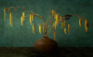 Stilleben mit Erlenkätzchen von Marijke van Loon