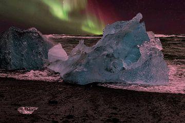 Noorderlicht bij IJslands strand van Gert Hilbink