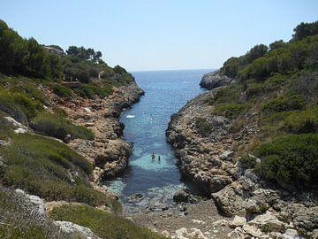 Uitzicht naar de adriatische zee in Mallorca Spanje van Denise Van Kruchten