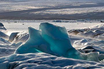 Blauwe ijsschotsen in Jökulsárlón, IJsland van Anne Ponsen